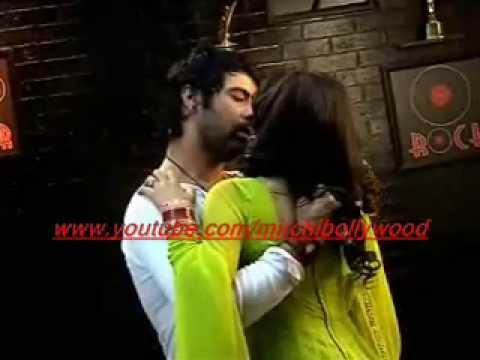 Kumkum Bhagya:Drunk Abhi romances with Pragya thumbnail
