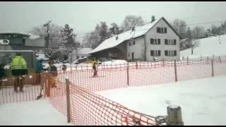 Im 2er-bus in st.gallen drängen sich ski- und snowboardfahrer. ihr ziel: die haltestelle kirche st.georgen. dort liegt beckenhalde, der st.galler stadtsk...