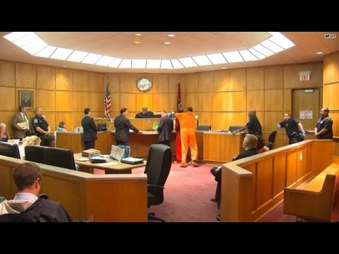 Courtroom drama! Witness attacks murder suspect - YouTube