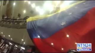 Ondean bandera gigante de Venezuela en la Asamblea Nacional exigiendo la Ley de Amnistía