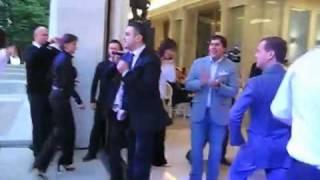 Медведев и Мартиросян танцуют под песню American Boy
