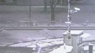 深夜の屋外カメラに写った守衛さん。1:40過ぎに出てきます。雪かきのシ...