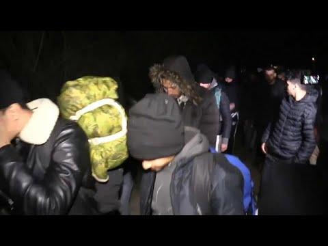 شاهد: لاجئون سوريون يتدفقون لاجتياز الحدود التركية نحو أوروبا …  - نشر قبل 5 ساعة