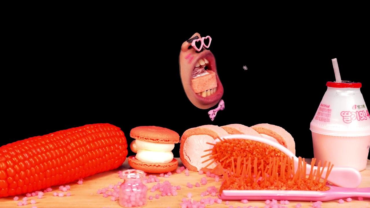 กินขนมหวานสีชมพู