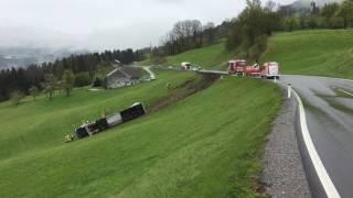 Lkw stürzt bei Alberschwende ab
