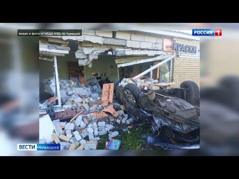 B Чебоксарах на Вурнарском шоссе иномарка перевернулась и снесла стену магазина