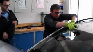 Vyřezávání autoskla pomocí struny / Windshield replacement