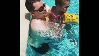 Гарик Харламов учит дочь плавать