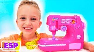 Vlad y mamá jugando con la máquina de coser de juguete