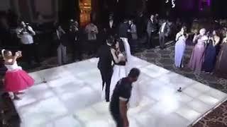 عروسه تفاجئ الجميع بصوت واحساس روعه و تغني لعريسها اغنيه بيت كبير لتامر عاشور