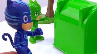 Герои в Масках помогают медведю. Видео с игрушками.
