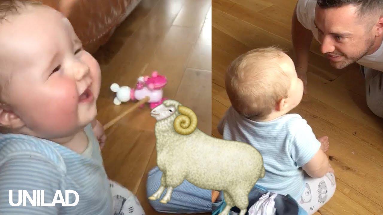Слатко бебе се смее испуштајќи звуци како овца