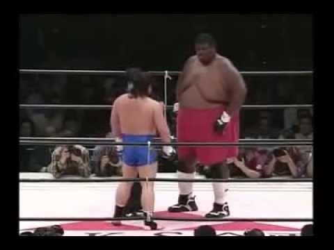 Смешное видео.  Человек гора против каратиста Emmanuel Yarborough.