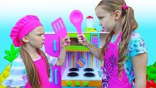 Дети играют в кафе и устроили конкурс