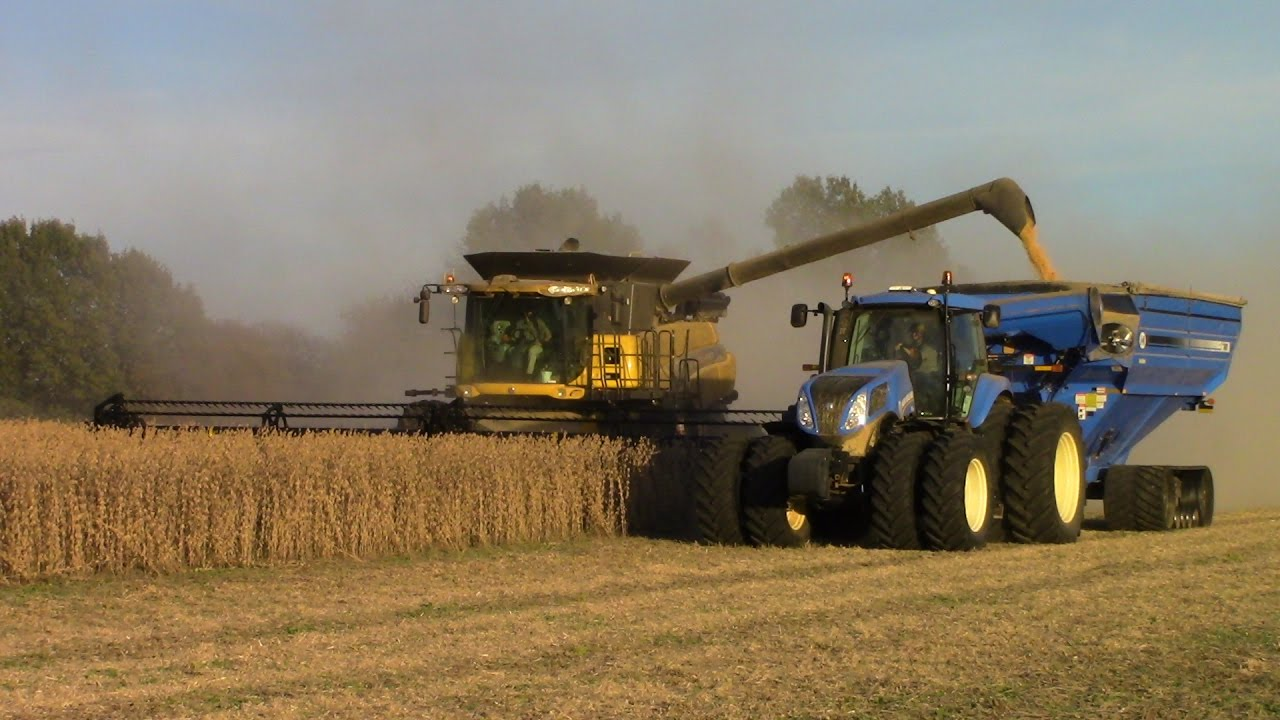New Holland Cr Twin Rotor Combine Harvesting Soybeans