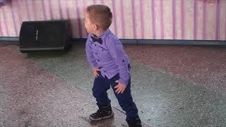 Маленький танцор всех перетанцевал на свадьбе