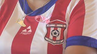 Mujeres futbolistas participan en campaña para prevenir el cáncer de mama
