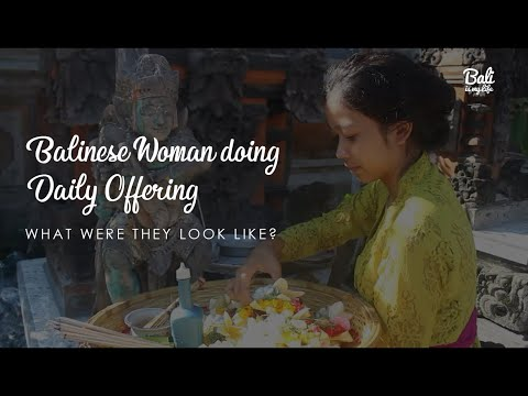 BALINESE WOMEN DOING DAILY OFFERING