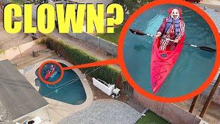 عندما ترى هذا في حمام السباحة في الفناء الخلفي الخاص بك ، فأنت بحاجة إلى الركض بسرعة !! (تمسك طائرة بدون طيار بالمهرج على قوارب الكاياك)