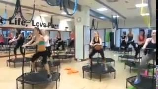超HIGH的健身房跳彈簧床舞蹈~這才是真正的激烈運動