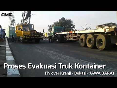 Kecelakaan Truk kontainer Terguling Di Jalan Flyover Kranji - Bekasi - Jawa barat