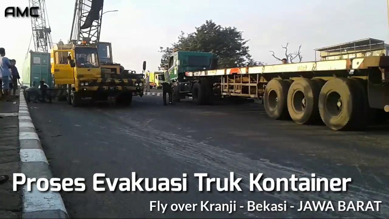 Kecelakaan Truk Kontainer Terguling Di Jalan Flyover Kranji Bekasi