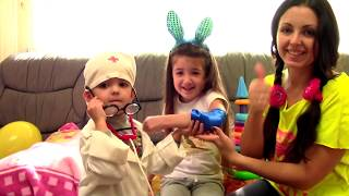 Маша и мама играют вместе с куклами и игрушками