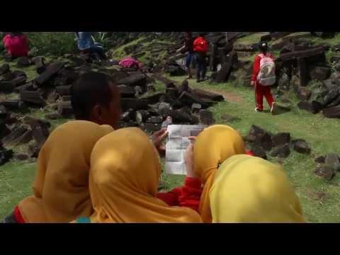 Penjelasan Guide di Gunung Padang