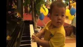Bé Su 2 tuổi chơi Piano cực hưng phấn. hê hê...