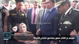 مصر العربية   لعجزهم عن الانتخاب مسنون يستخدمون الكراسي المتحركة