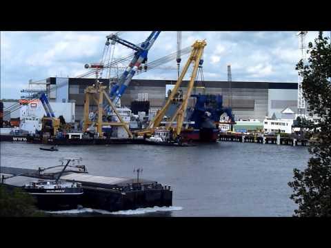 Een cutterladder wordt in een cutter gehesen, IHC Merwede, Kinderdijk, 11-7-2012, deel 4 van 4