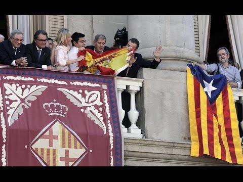 'Guerra de banderas' en el balcón del Ayuntamiento de Barcelona