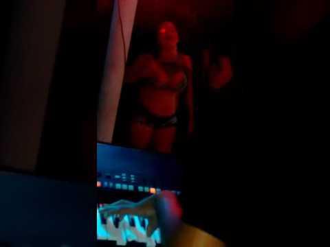 Mulher sensualisa em frente ao Nailson Forronejo