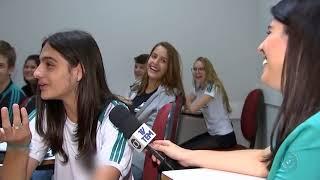 Baixar Neto Junqueira Mostra sua vida na escola e em sua casa. Neto cantando para seus colegas de escola.