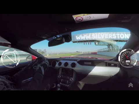 Esta vuelta a Silverstone en un Ford Mustang V8 es lo mejor que vas a vivir hoy en internet