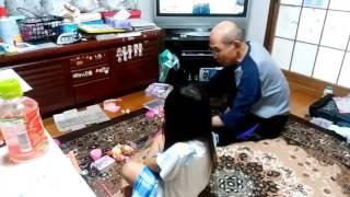 4歳の娘とじいちゃんのママゴト。 食材は『こびと』です.