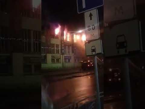 Загорелось основное здание ТЦ Центр