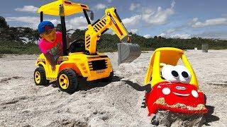 تلعب سينيا مع تراكتور على الشاطئ. قصة للأطفال