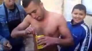 Mahboul mange 2 boite harissa vraiment c lhbal fi algerie.flv