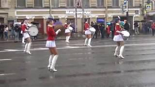 Девочки барабанщицы зажигают под дождём на первомайской демонстрации. Питер, Невский проспект 2018