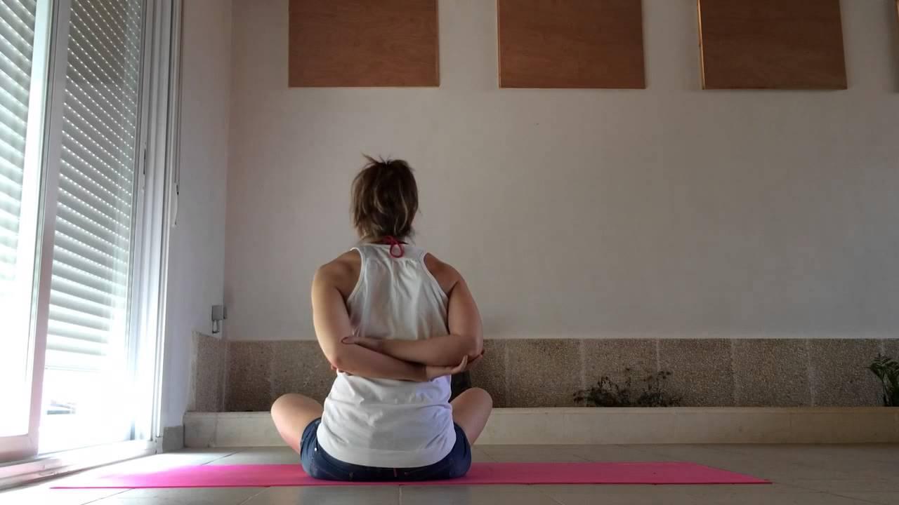 Ejercicios para mejorar la flexibilidad de los hombros yoga en casa blanca bz youtube - Ejercicios yoga en casa ...