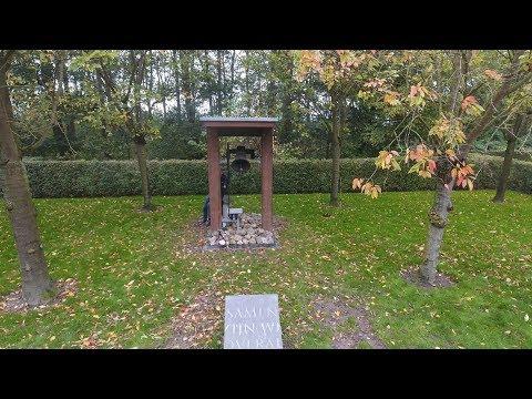 Overdracht van luidklok voor Mien Ruys begraafplaats in Nagele