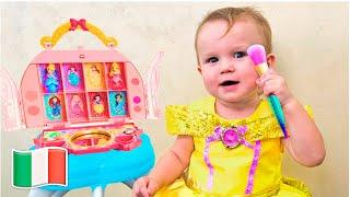 Cinque Bambini giocano a truccarsi e vestirsi