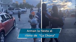 """A través de redes sociales se viralizó un video en el que se observa cómo transeúntes y limpiaparabrisas se unen para bailar """"La Chona"""""""