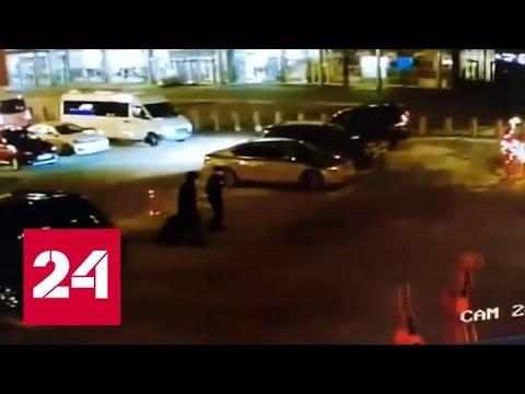 Три выстрела в спину: налет на перевозчика денег в аэропорту Кольцово попал на видео - Россия 24