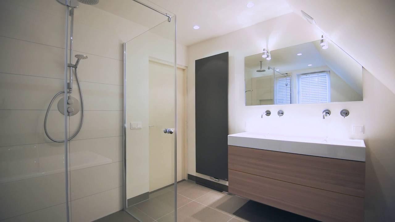 Het Badhuys Breda | Badkamer onder schuin dak met inbouwbad en ...