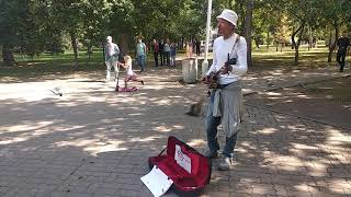 Японский путешественник Такаси играет в Первомакском сквере на сансине