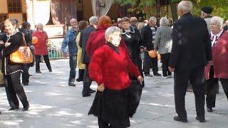 Танцы пенсионеров. Все такими будем ))
