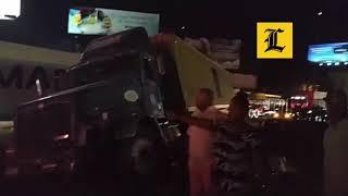 Patanista choca a varios vehículos, se sube a la acera de la Máximo Gómez con 27