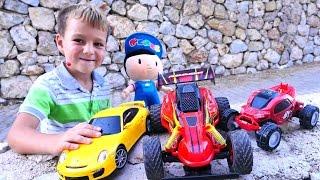 Pepee ve Selim araba yarışı yapıyorlar. Kumandalı arabalar.